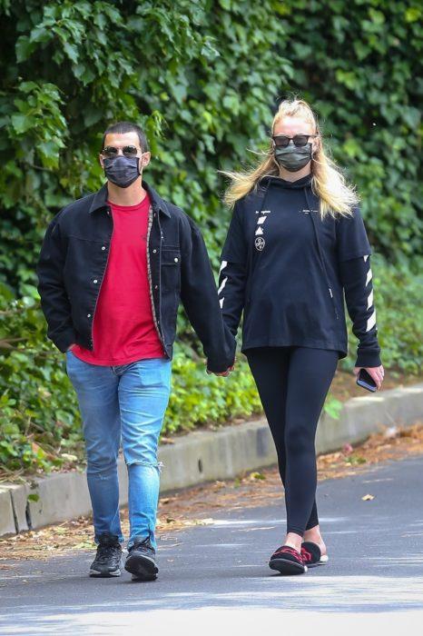Sophie Turner y Joe Jonas dando un paseo