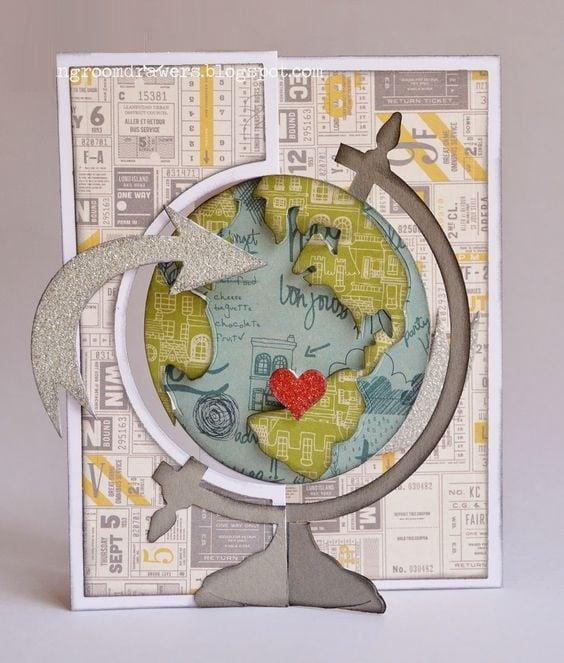 Tarjeta de cartncillo con mapamundi y corazón al centro