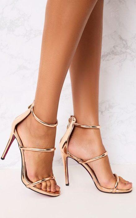Sandalias de tacón con correa en el tobillo