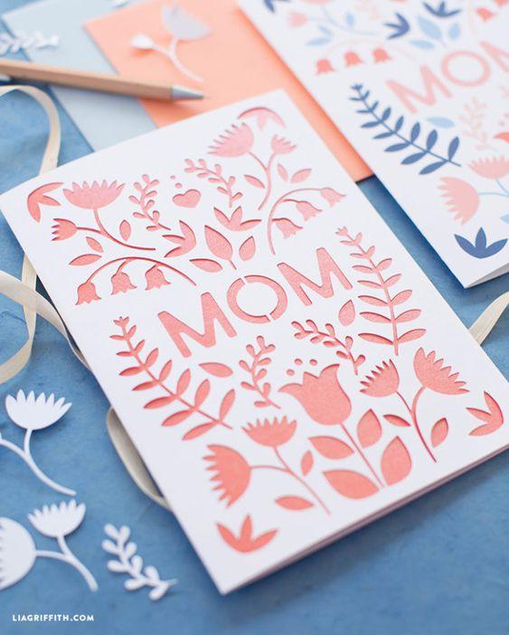 Tarjeta del Día de las Mdres con relieve cortado de flores