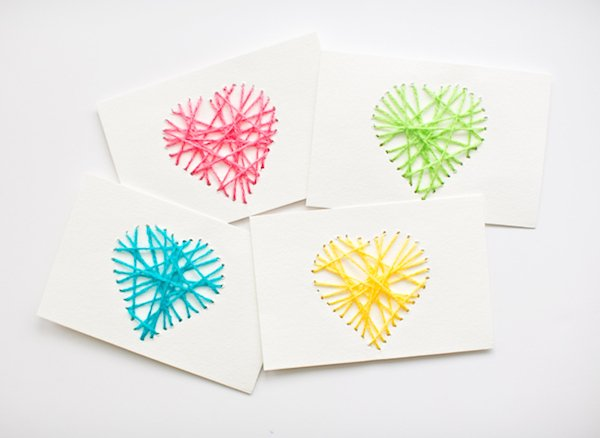 Tarjeta con corazones bordados de colores