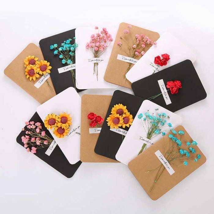 Tarjeta para el Dís de las Mdres con flores naturales añadidas