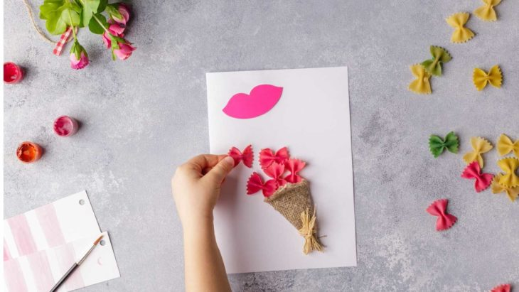 Tarjeta para el Día de las Madres con ramo de flores con sopas de colores
