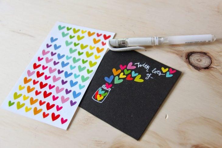 Tarjeta en negro del Día de las Madres con corazones de colores