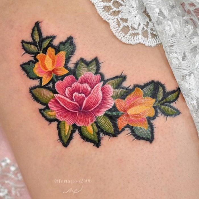 Fernanda Ramírez, tatuadora mexicana crea tatuajes bordados; flores en la pierna
