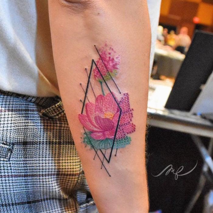 Fernanda Ramírez, tatuadora mexicana crea tatuajes bordados; flores con punto de cruz en el brazo