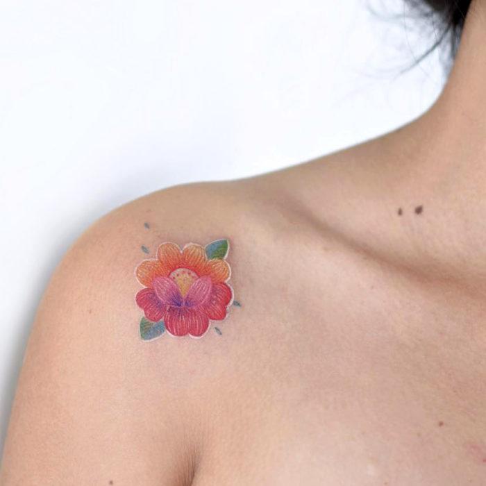 Fernanda Ramírez, tatuadora mexicana crea tatuajes bordados; flor pequeña en el hombro