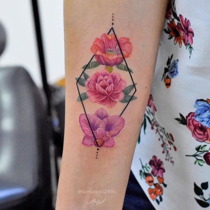 Fernanda Ramírez, tatuadora mexicana crea tatuajes bordados; flores con figuras geométricas en el brazo