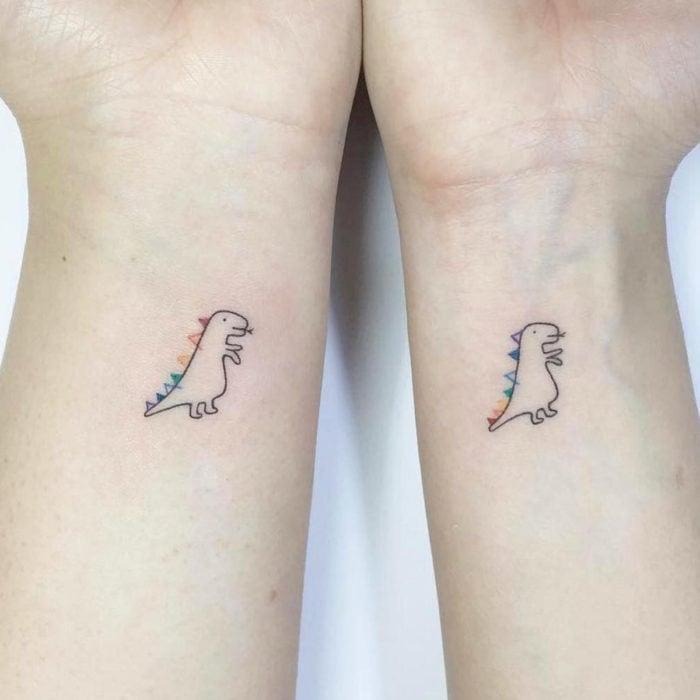 Tatuajes pequeños en la muñeca; dibujo de dinosaurio