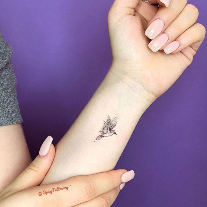 Tatuajes pequeños en la muñeca; colibrí
