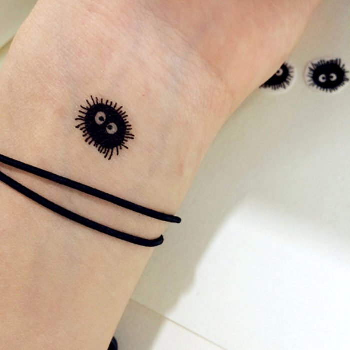 Tatuajes pequeños en la muñeca; susuzatari, hollín errante de Totoro y el viaje de Chihiro