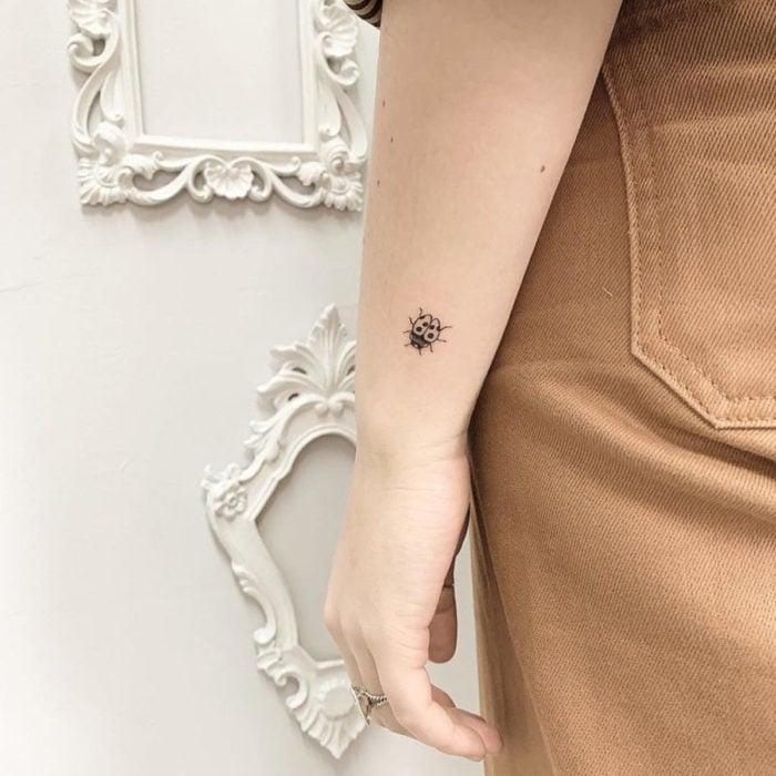 Tatuajes pequeños en la muñeca; catarina