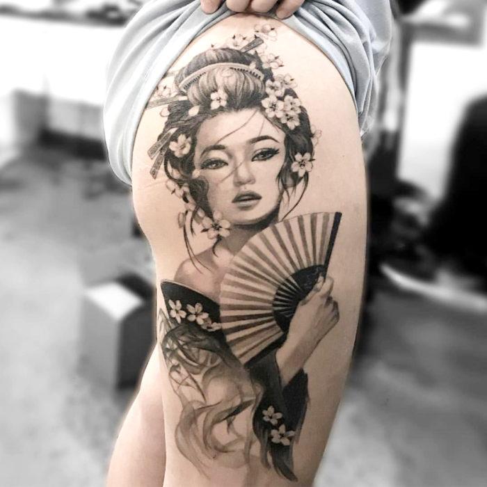 Tatuajes temporales; geisha con abanico y flores de cerezo, en blanco y negro, pierna