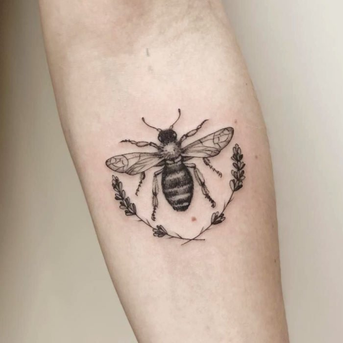 Tatuajes temporales; abeja realista en blanco y negro