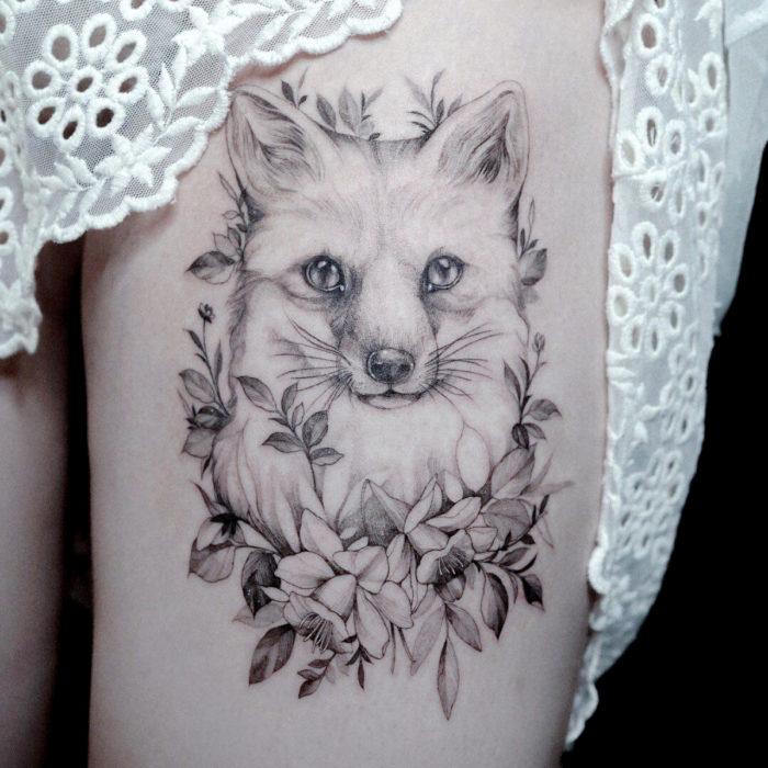 Tatuajes temporales; zorro realista con flores en blanco y negro, pierna