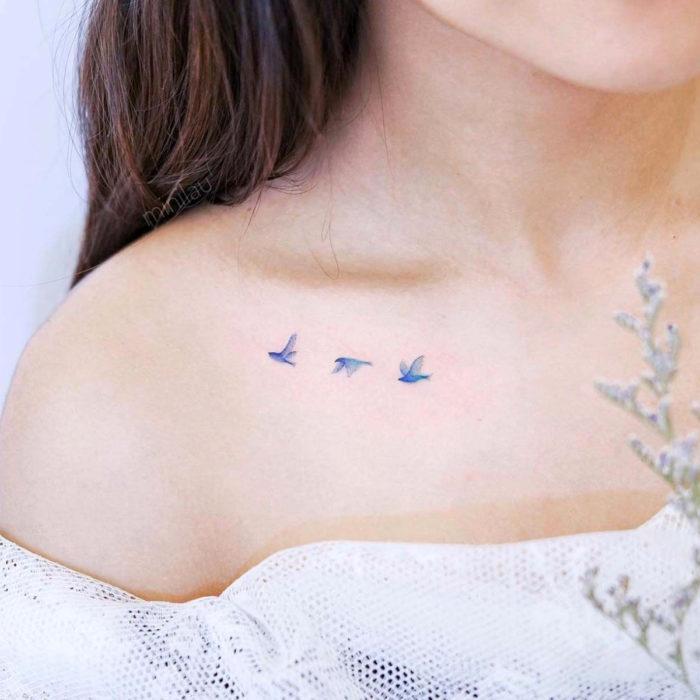 Tatuajes temporales; pájaros minimalistas volando en la clavícula