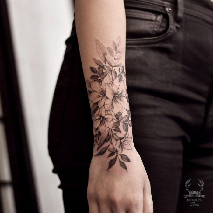 Tatuajes temporales; flores en blanco y negro en el antebrazo
