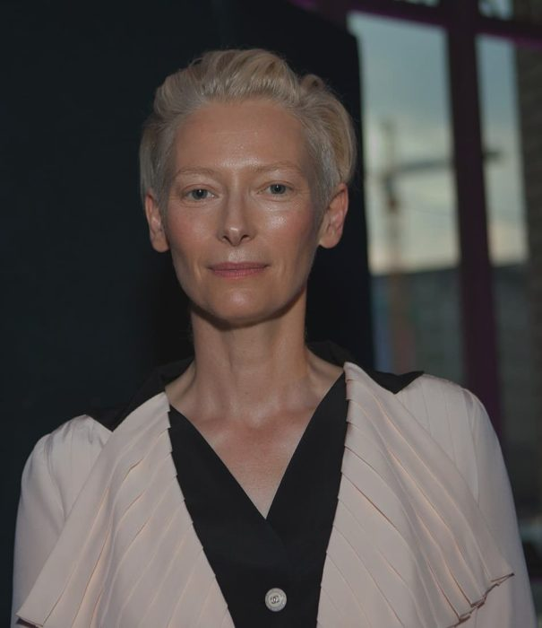 Tilda Swinton usando blusa color negro con crema