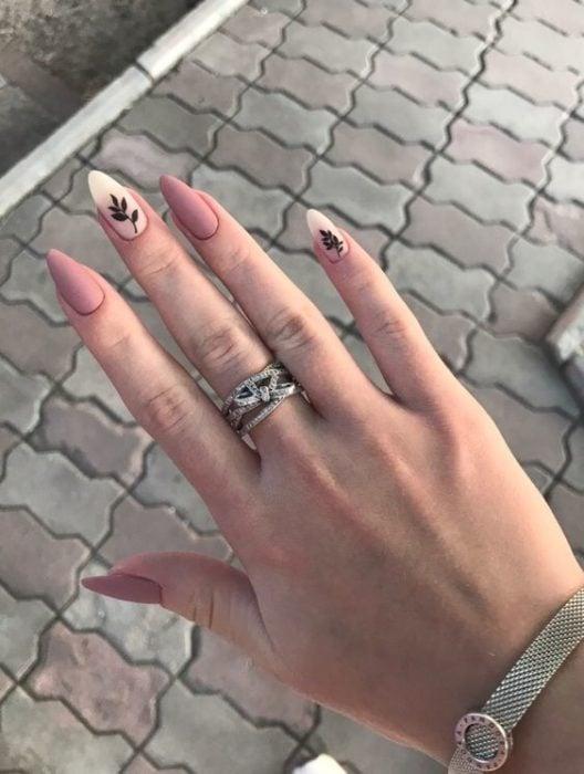 Chica con las uñas tipo almendras