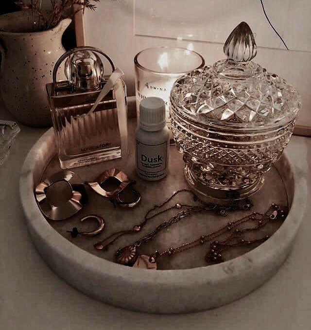 Perfumes en mesita de noche