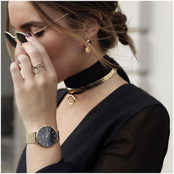 Chica llevando accesorios básicos