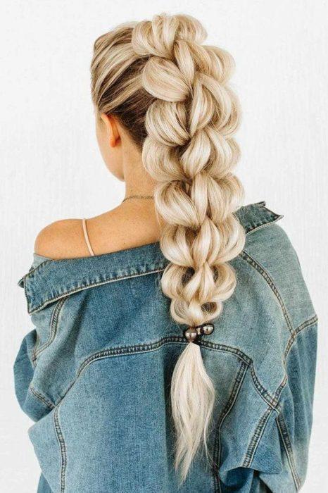 Chica rubia de cabello largo y chamarra de mezclilla con trenza 3-D