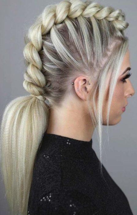 Chica con cabello platinado y trenza 3-D