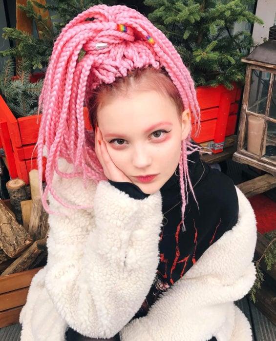 Looks con trenzas africanas; mujer de cabello rosa pastel largo estilo kawaii