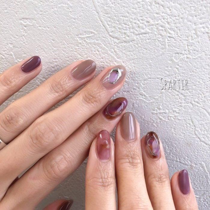 Diseño de manicura en tonos guinda, beige y rosado