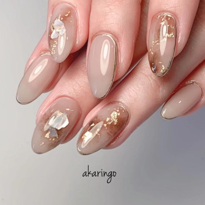 Diseño de manicura en tonos beige y colores tierra