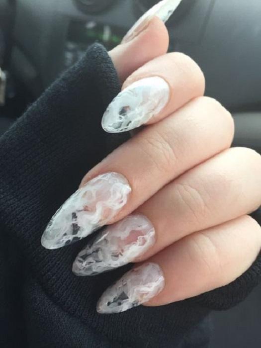 Diseño de manicura en tonos blanco y transparente