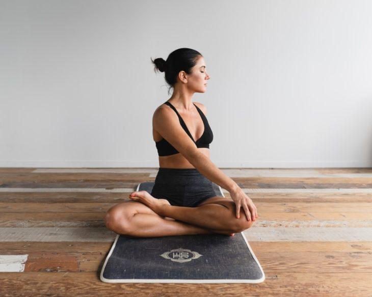Chica realizando yoga
