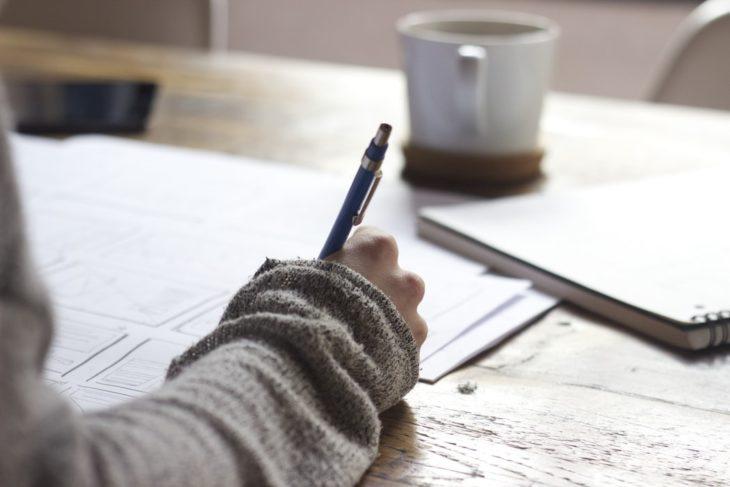 Chica escribiendo en una libreta