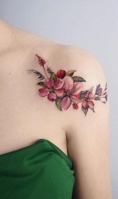 Tatuaje en la zona del hombro de flores