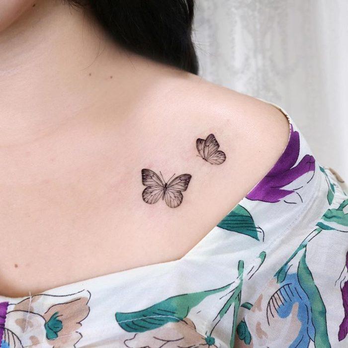 Tatuaje en la zona del hombro de un par de mariposas