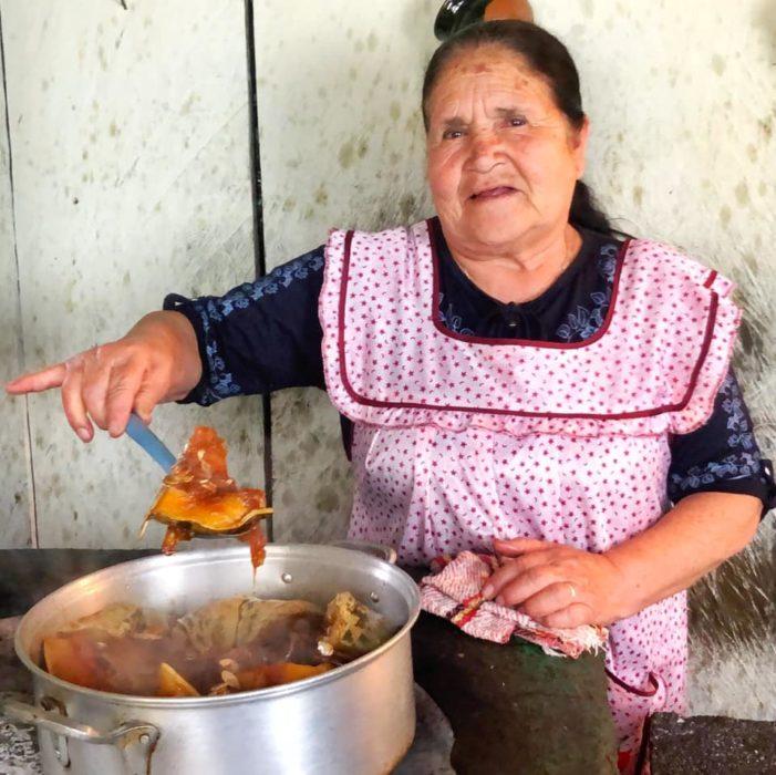Doña Ángela preparando calabaza dulce