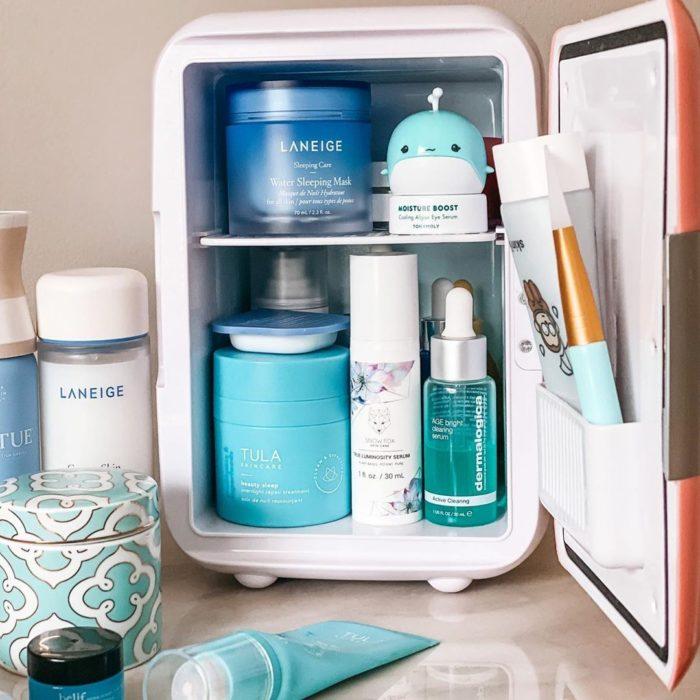 Pequeño refri con productos de skin care