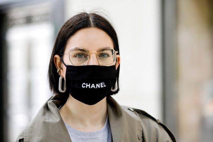 Chica usando lentes con cubrebocas