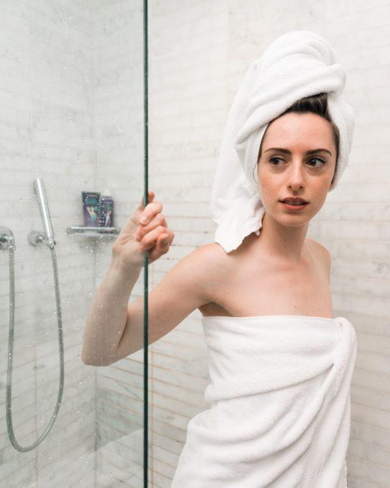 Chica saliendose de bañar