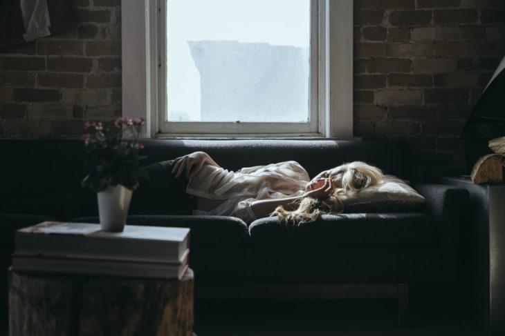 Mujer durmiendo en sofá