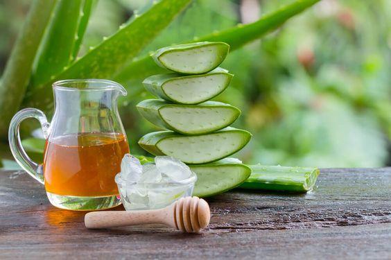 Una jarra de cristal con miel y pulpa de aloe vera