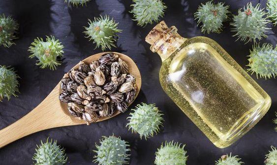 Frasco de cristal con aceite de ricino en el interior