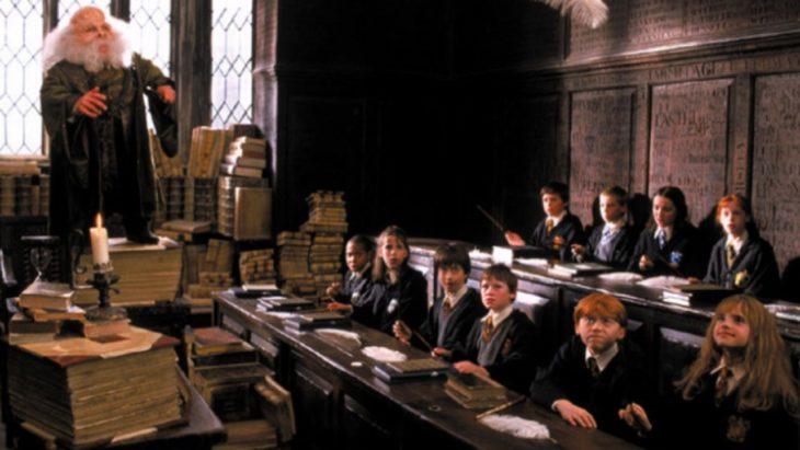 Escena de Harry Potter en la que toman clases de encantamientos