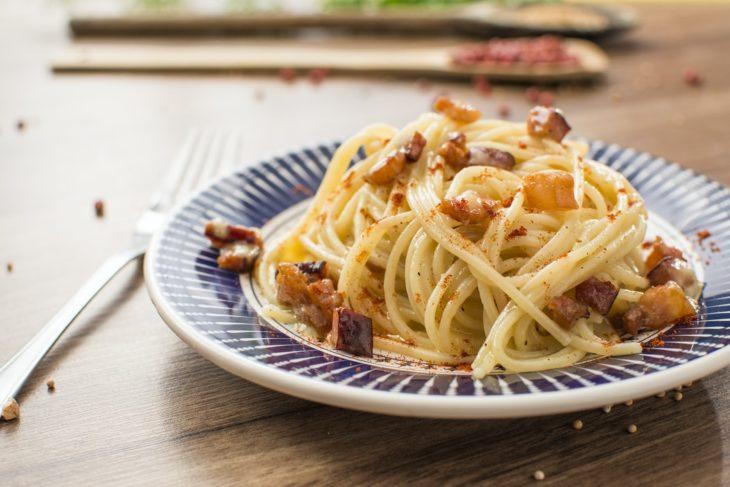 Plato de pasta de espagueti con tocino