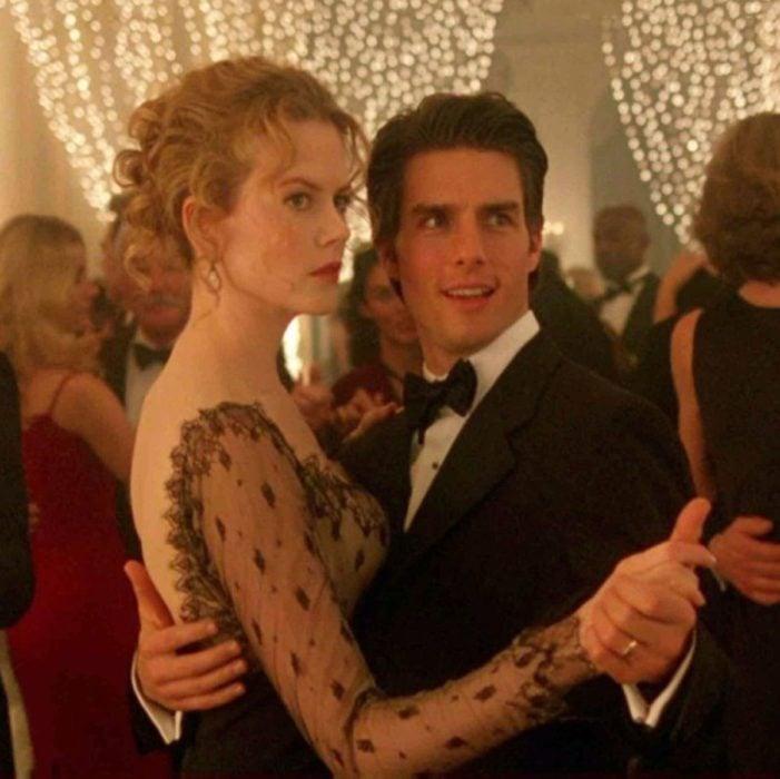 Tom Curise y Nicole Kidman en Ojoso bien abiertos, bailando en una cena de gala con antifaces