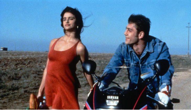 Penelope Cruz y Javier Barden en la película Jamón Jamón paseando en moto por carretera