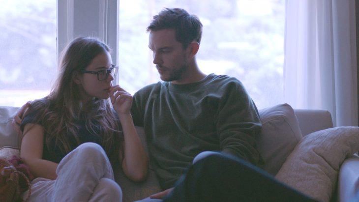 Martin y Gabi en la película Newness sentados en un sofá