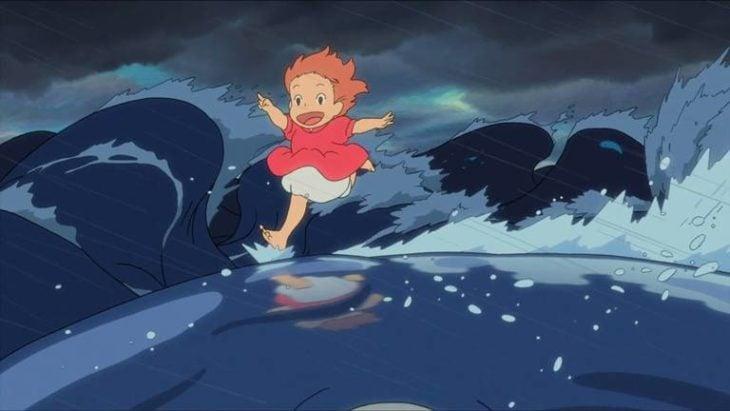 Escena de la película animada Ponyo y el secreto de la sirenita, con Ponyo corriendo sobre las olas del mar