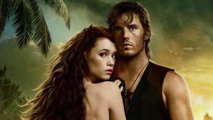 Phillip y la sirena abrazados en una escena de la película Piratas del Caribe: En mareas misteriosas