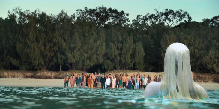 Escena de la serie Tidelands con Elsa Pataki como protagonista saliendo del mar en medio del oceano